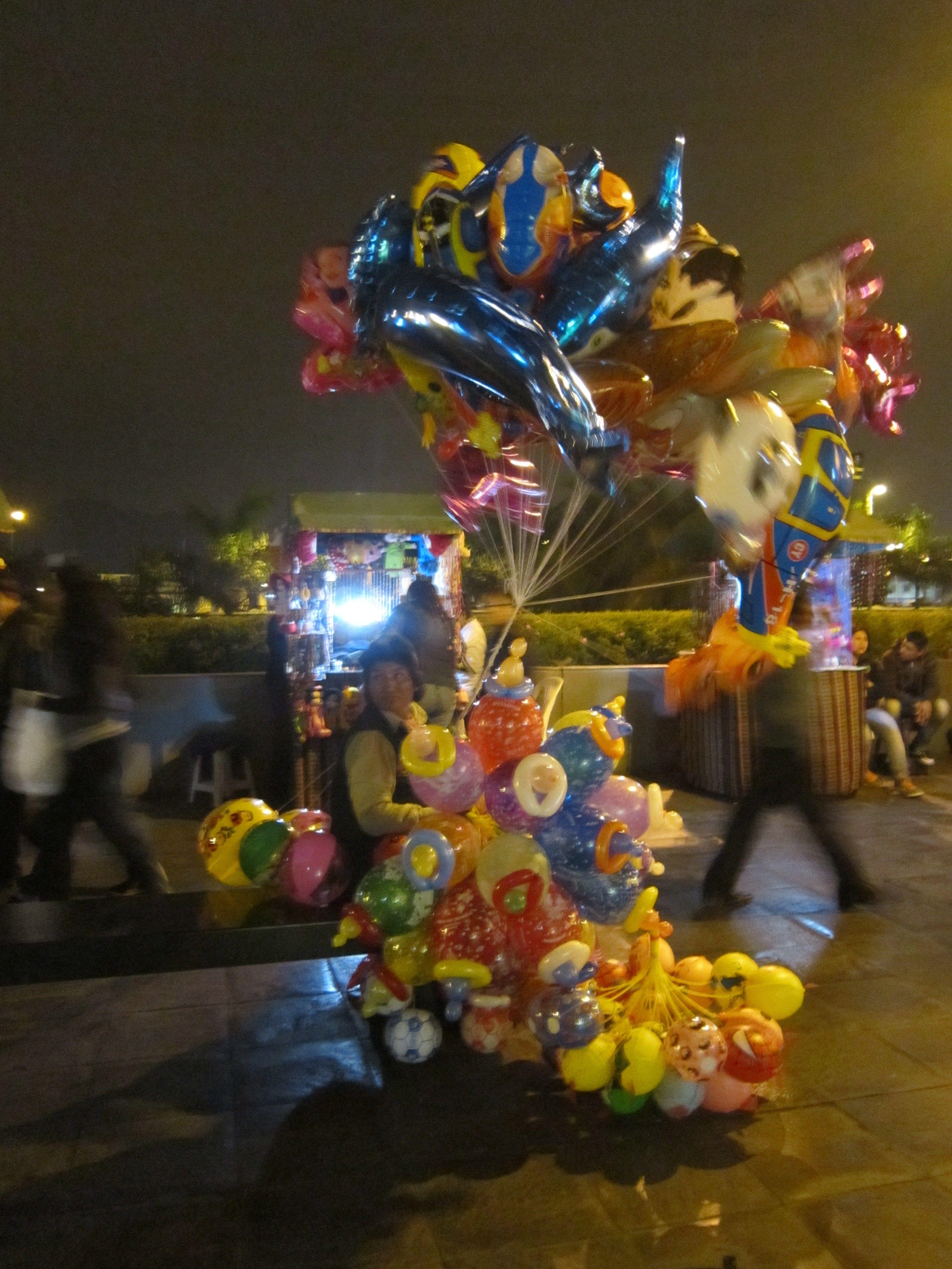 Los globos brillan en la noche del Centro de Lima.