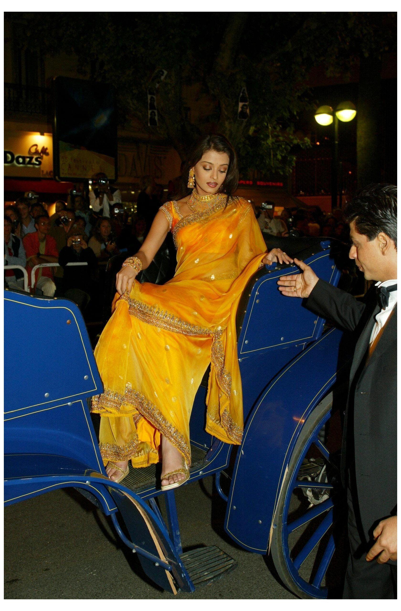 Aishwarya Rai S Best Saree Style Photos Through The Years Cannes Aishwarya Rai 90s Outfits Aishwarya Indian Celebrities Aishwarya Rai Aishwarya Rai Photo