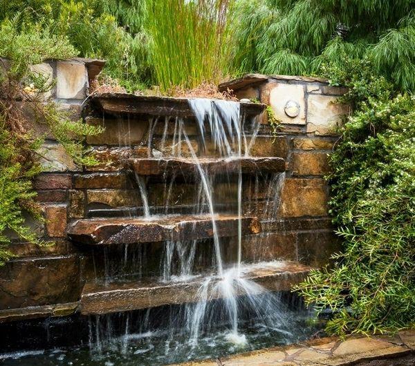 La déco extérieure avec une fontaine murale | Backyard Makeover ...