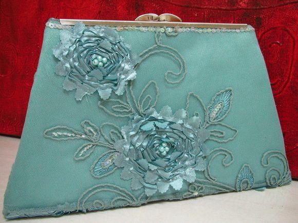 830275f91 Carteira Clutch geometrica em tecido bordado com flores na cor verde  Tiffany. Forrada em cetim