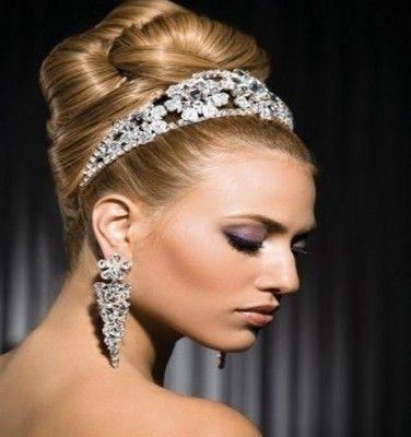 peinados recogidos de novia con una bella tiara con detalles