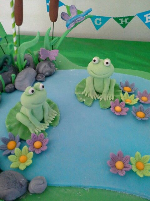 Fondant Frogs In 2019 Fondant Cakes Frog Cakes Fondant