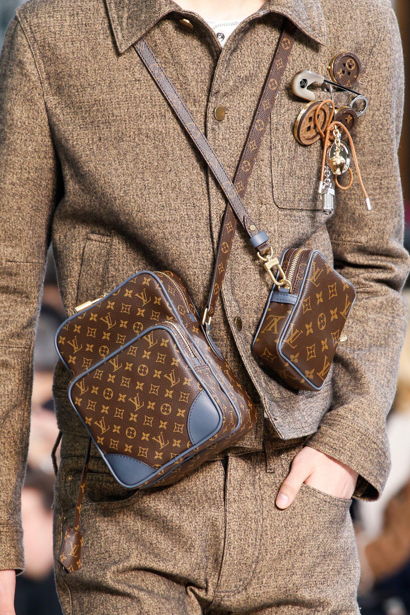 Louis Vuitton Fall 2015 Menswear Details Gallery Style Com Bolsas Masculinas Acessorios Masculinos Bolsa Masculina