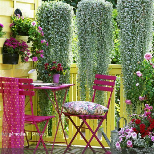 Pinkfarbene Sitzgruppe auf dem bunten Balkon