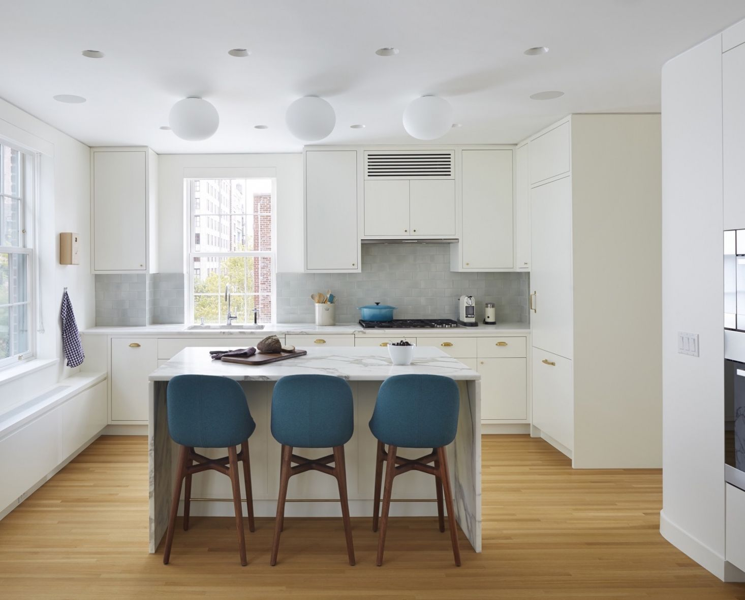 10 Easy Pieces Architects' White Paint Picks for Kitchen Cabinets - Kitchen design, Modern kitchen, Home kitchens, Kitchen decor, Best kitchen designs, Kitchen cabinets - The color of your kitchen cabinets will have a greater effect on the look of your kitchen than anything else  Here are 10 architectapproved white paints