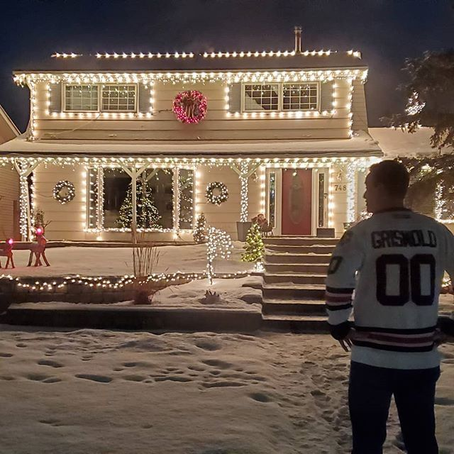 Fate interevened tonight... Clark and I were meant to take that detour down Acadia drive! In a world of grinches be a Griswold. #griswold #clarkgriswold #abitnipply #clark #christmaslights #christmasgift #blackhawksfan #jersey #calgary #calgarynow #yyc #yycnow #notourhouse #christmasgoals #christmas #getlit #etsyshopping #acadia #momblog #mommyblog @thepinnacleofpins @dutchpilotguy