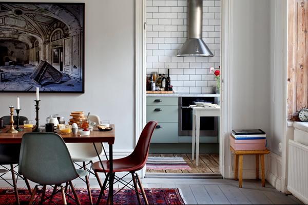 Blå-grått kök och tunnelbanekakel.