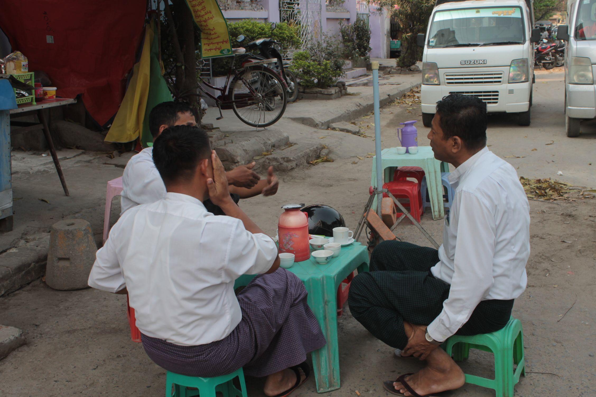 Birmanos con el longyi bien fresquitos