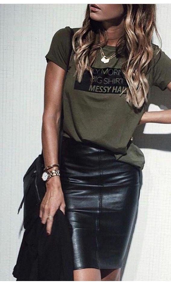 Falda de cuero y camiseta verde militar. en 2019 | Moda