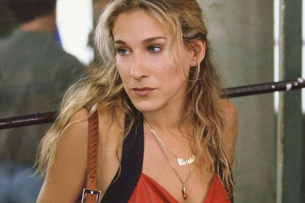 Sarah Jessica Parker lucía en Sexo en Nueva York un collar de oro con su nombre en la serie: Carrie. Carrie popularizó tanto este collar que es el nombre con el que se conoce esta gargantilla. Años después del auge inicial del Collar Carrie, las famosas vuelven a lucirlo, y se están agotando en todas las webs.