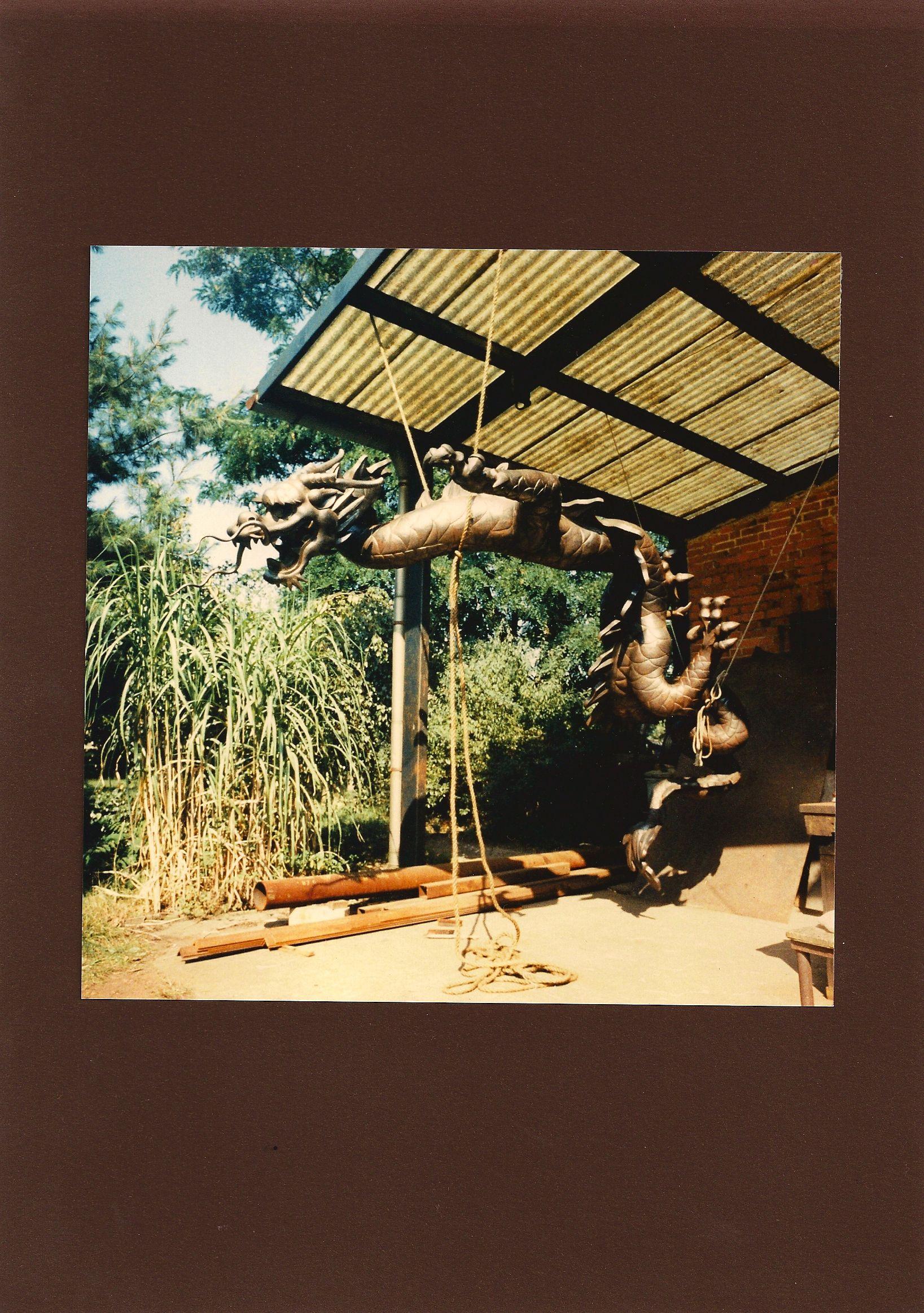 """Skulptur """"Der mit der Perle spielende Drache"""", Innenarchitektur, Kupfertreibarbeit, Länge ca. 8 m. Diese Arbeit war eine Herausforderung und wurde ein Meisterstück! Sie ist leider verschollen/gestohlen worden! Als Inspiration hatte ich nur ein Foto, die Darstellung als Terrakotta-Relief von der Neundrachenwand in China. In der Figur sind Schottenwände, da alles Stück für Stück mit Treibkitt ausgefüllt wurde, damit das Schuppenkleid in das Blech getrieben werden konnte."""