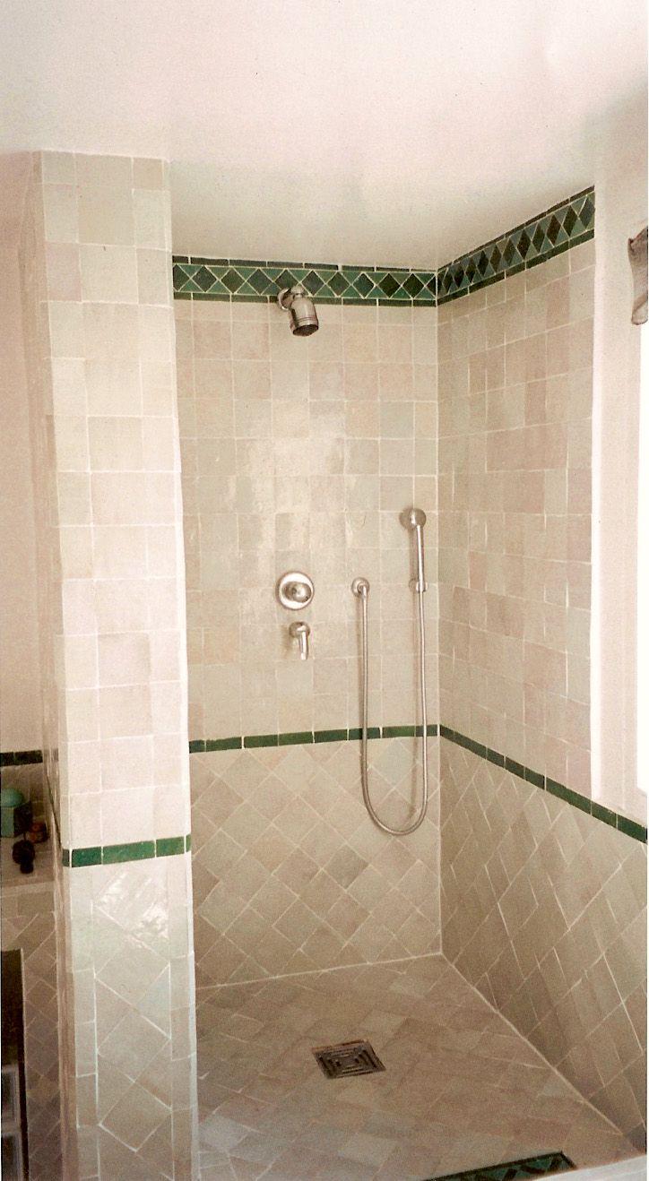 Salle de douche avec zellige au sol formant receveur (\