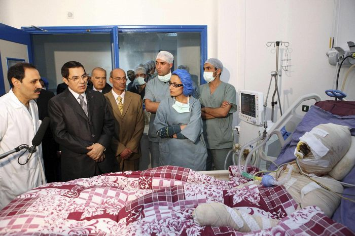 Tunisian presidentti Zine El Abidine Ben Ali (toinen vas.) kävi katsomassa katukauppias Muhammed Bouazizia sairaalassa 28. joulukuuta 2010. Bouazizi kuoli itse aiheuttamiinsa palovammoihin, ja tapauksen lietsomat mielenosoitukset saivat Ben Alin pakenemaan maasta.
