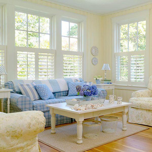 Luminoso y apacible, es el rincón de un salón de una casa de campo, decorada con tonos pálidos