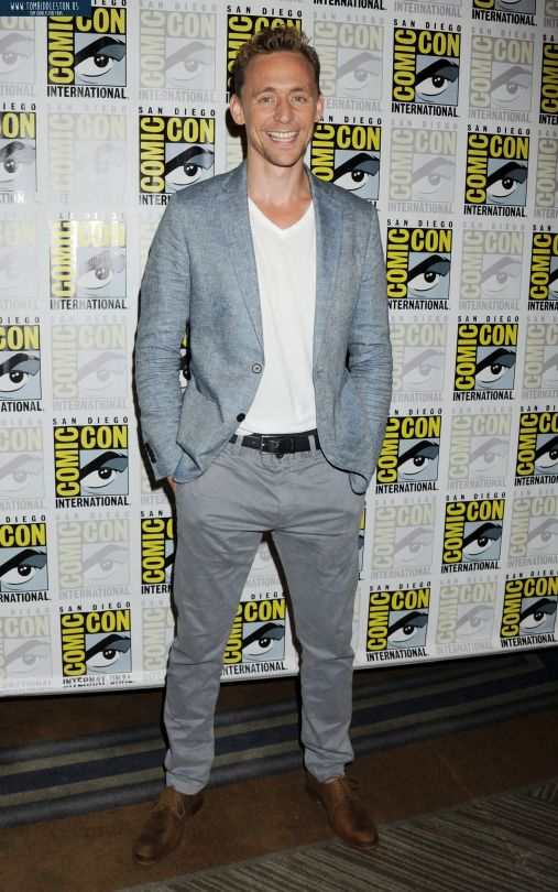 Tom Hiddleston at comic con 2015 (somebody kill me now or get me tickets to the next comic con so help me)