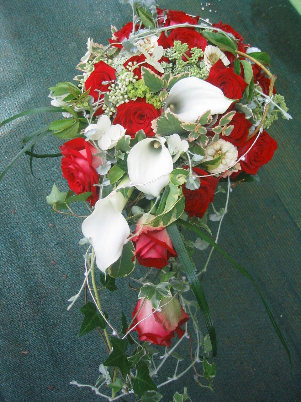 Rote Rosen weie Calla und Efeu Wunderschner