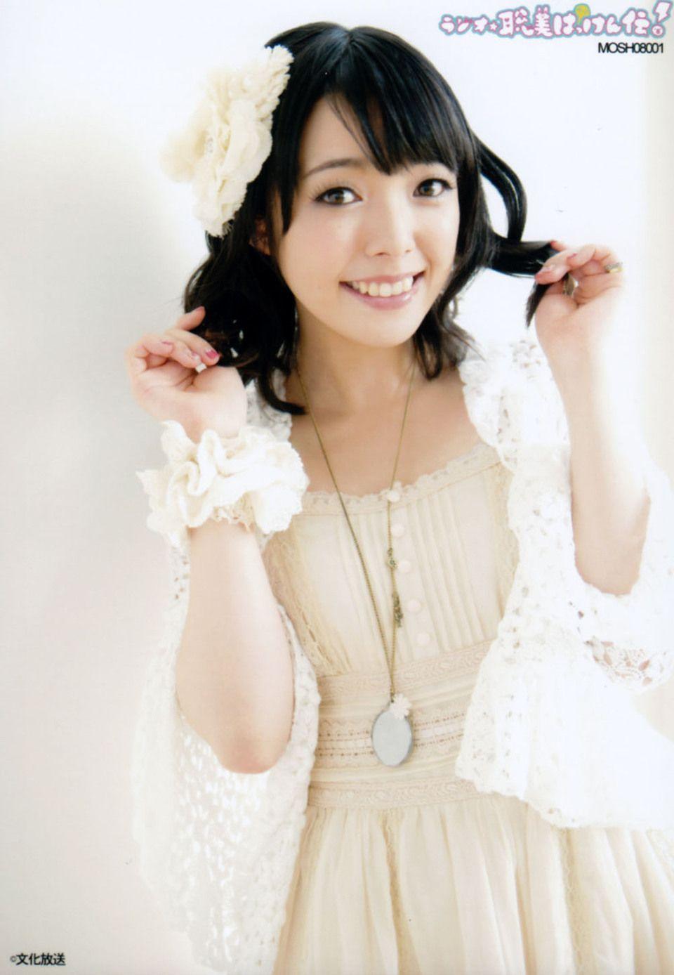 白のドレスの佐藤聡美