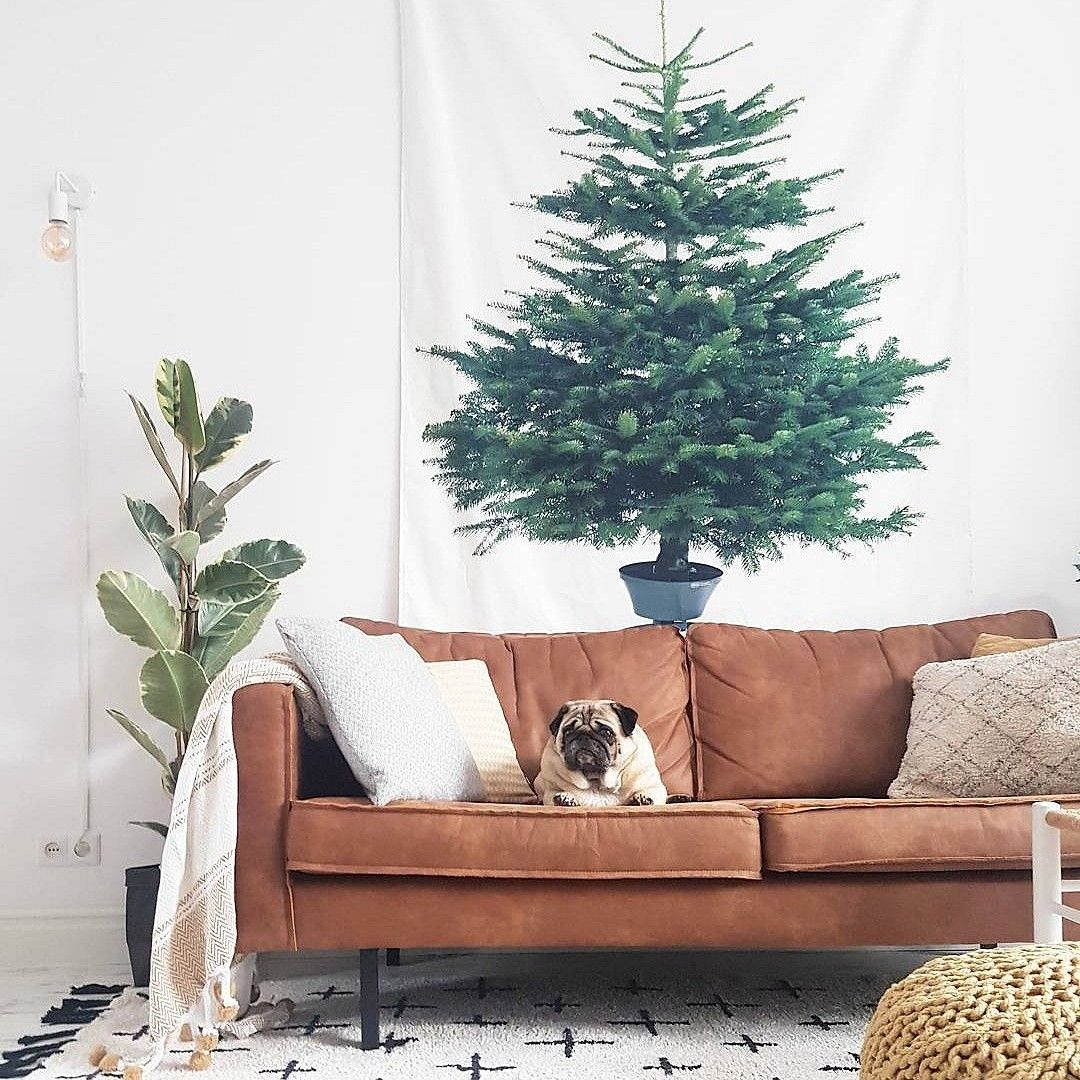 De Kerstboom Hangt Weer Groots Denken In Een Iniemini Woonkamer Kerstboom Kerst Woonkamer Feestdagen Christmasd Kerst En Feestdagen