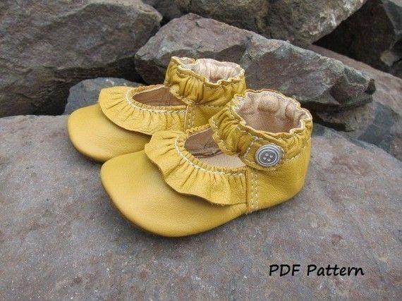 Dit is een patroon van naaien - niet een afgewerkt product. De patroon en instructies zal worden gemaild naar je na je aankoop. U kunt dit patroon op uw eigen printer afdrukken. Wacht 24 uur. Aankopen op zaterdag en zondag zal worden verzonden op maandag. Lederen kleding zijn duur om te kopen en helaas, ze verouderd. Dit patroon is ontworpen voor het recyclen van deze kledingstukken in mooie baby schoenen. Neem een reis naar een thrift shop en je bent waarschijnlijk te vinden van een breed…