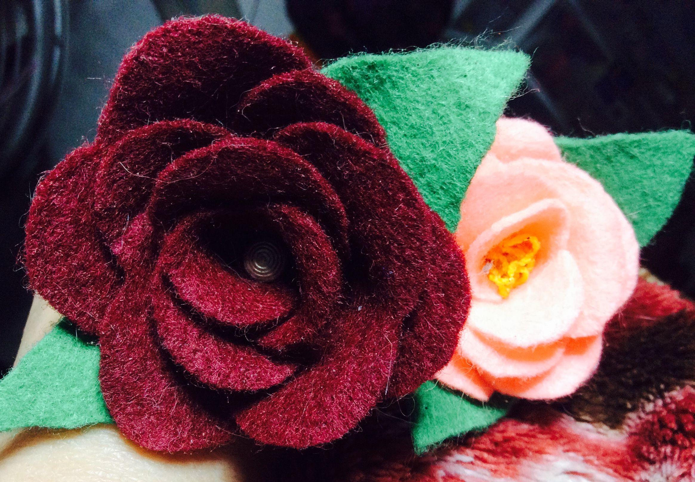 Flores de fieltro para adornar lapiceros de tinta