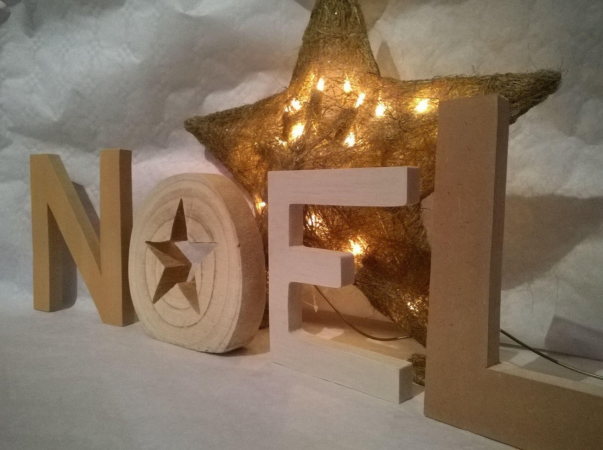 D coration de no l lettres en bois accessoires de for Decoration accessoire maison