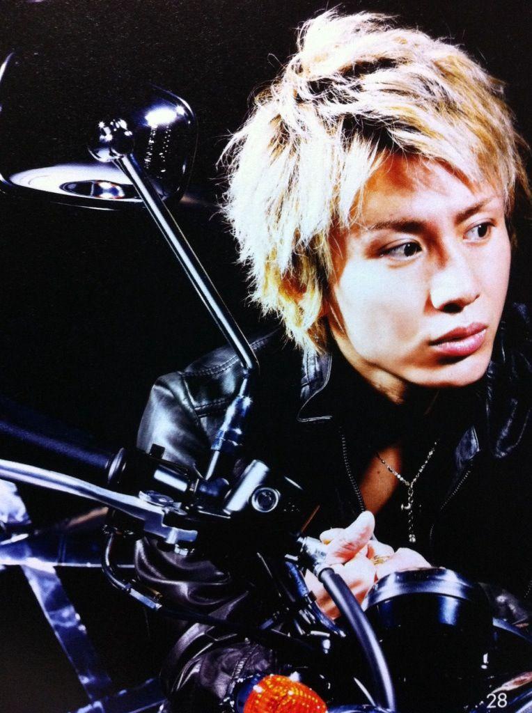 バイクにまたがる安田章大