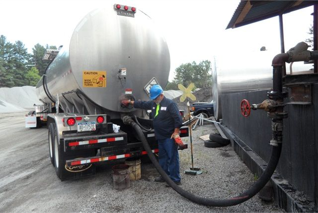 semi trailer liquid asphalt tanker was specially designed to transport hot