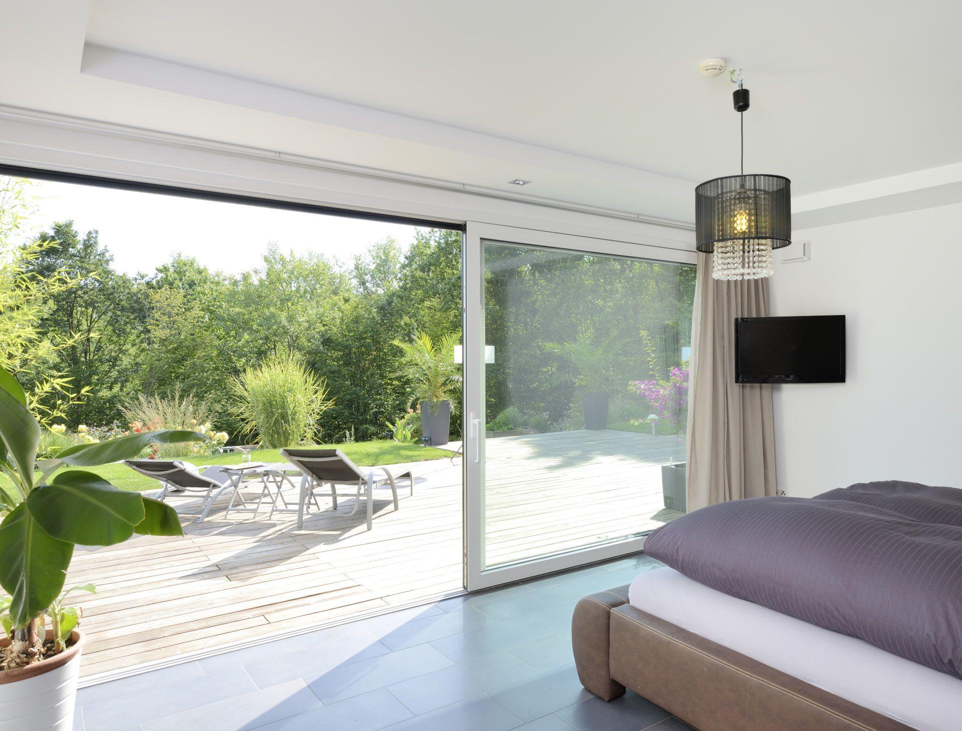Schlafzimmer mit Ausblick Dank der bodentiefen Fenster ...