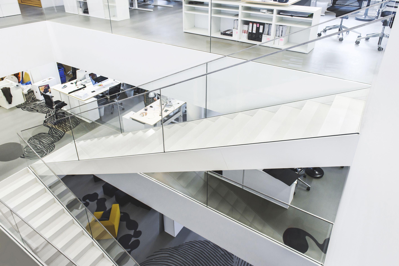 JKMM Arkkitehdeille uuteen toimistoon Helsinkiin toteutettu porraskokonaisuus joka yhdistää kerroksien toimitilat yhdeksi. Portaat ovat hieman poikkeuksellisesti levytetty umpeen, mutta kokonaisuus on erittäin tyylikäs.  #habitare2015 #design #sisustus #messut #helsinki #messukeskus