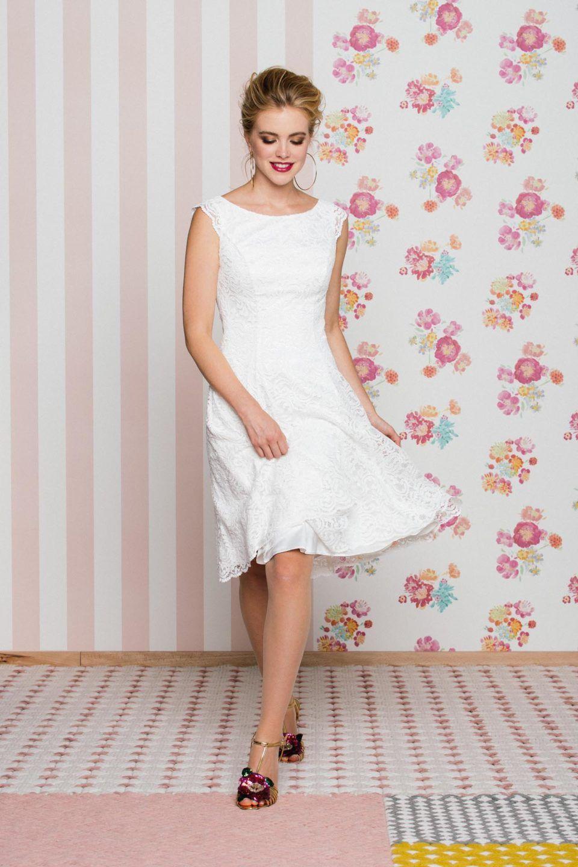 Kurzes Petticoat Brautkleid Mit Flugelarm Modern Und Lassig Petticoat Brautkleid Brautkleid Brautkleid Kurz