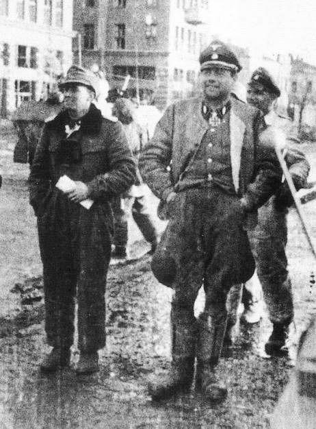 SS-Sturmbannführer Jochen Peiper (komandan III./Panzergrenadier-Regiment 2) bersama dengan SS-Standartenführer Fritz Witt (komandan Panzergrenadier-Regiment LSSAH) di jalanan Kharkov tak lama setelah direbut dari tangan Rusia, Maret 1943.