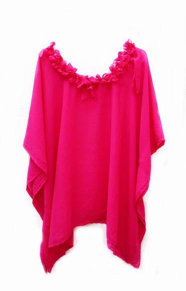 Decote adornado com babados e rosas estilizadas do mesmo tecido de forma rústica dando um toque artesanal e exclusivo na roupa.