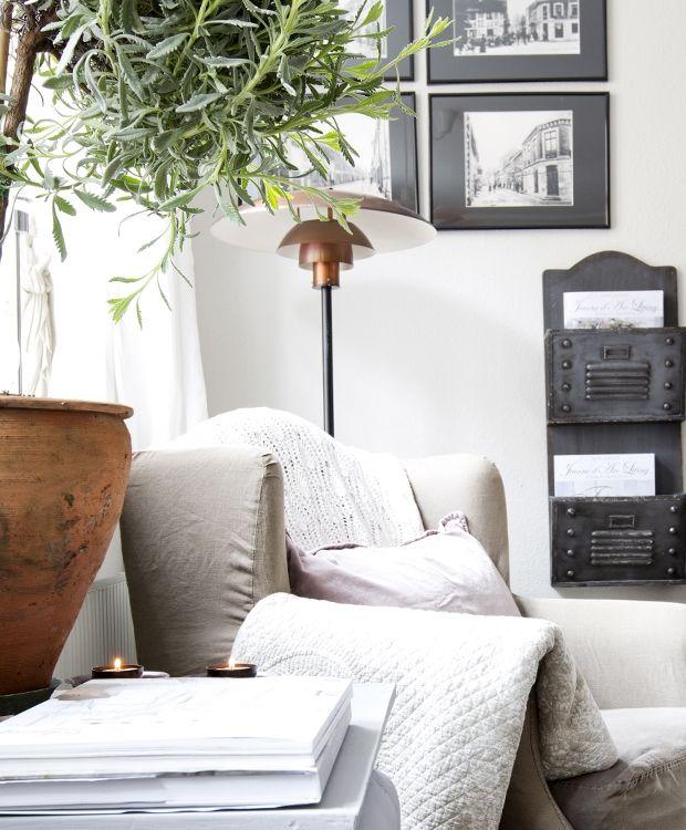 Det lille charmerende byhus fra 1789 i Nyborg danner rammen om Winnie Hansens bolig. De små sjælfulde rum er personligt indrettet med håndmalede møbler, tapeter og lamper sat sammen med romantisk tilbehør.
