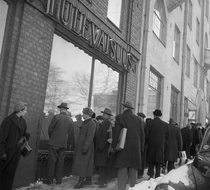 Uutisia luetaan Maaseudun Tulevaisuuden ikkunoista suurlakon aikana Helsingissä vuonna 1956. Kuva: Erkki Voutilainen