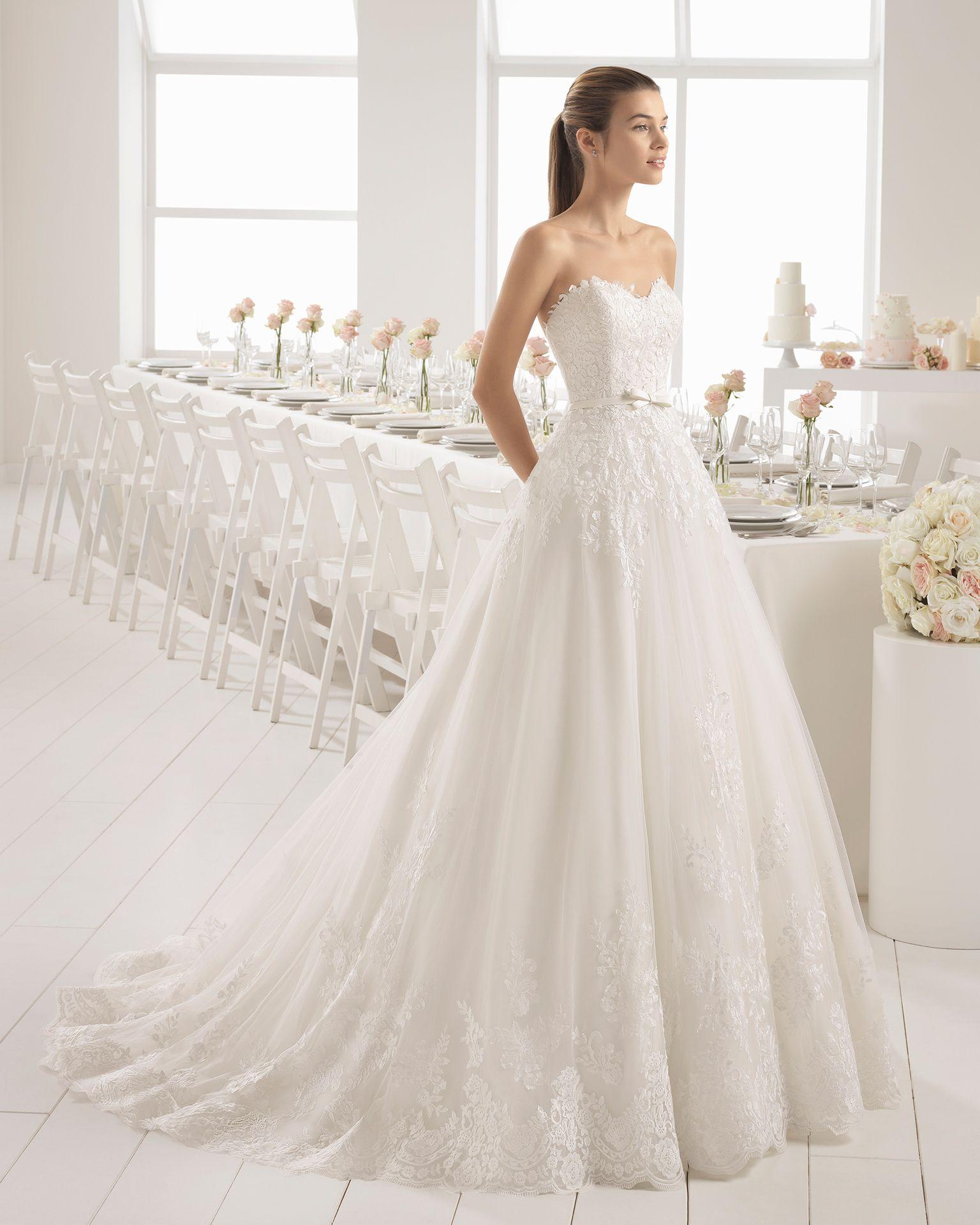 599eeee6 Vestido de novia estilo romántico en encaje con escote corazón con lazo en  la cintura.