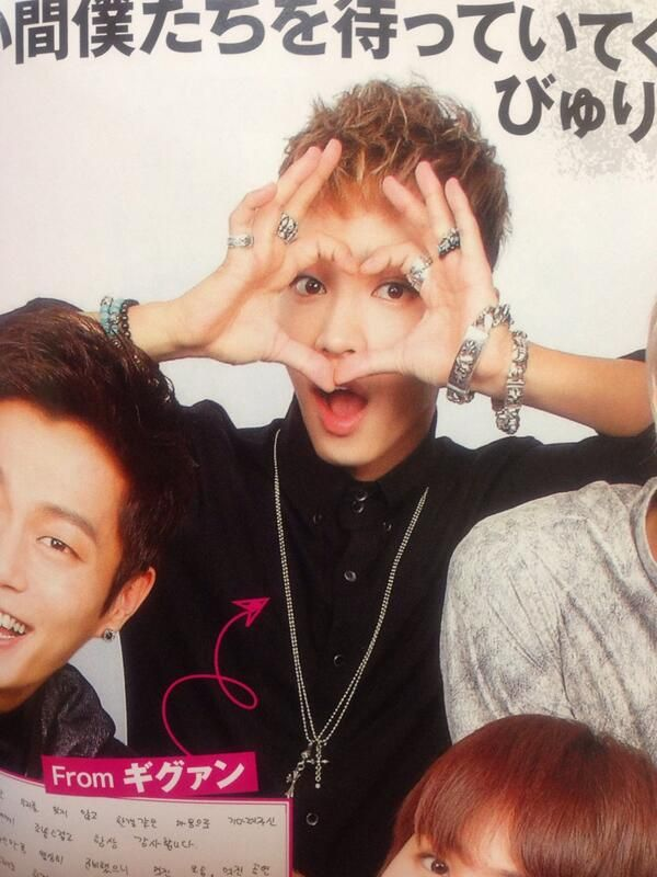 Gikwang making heart near eyes