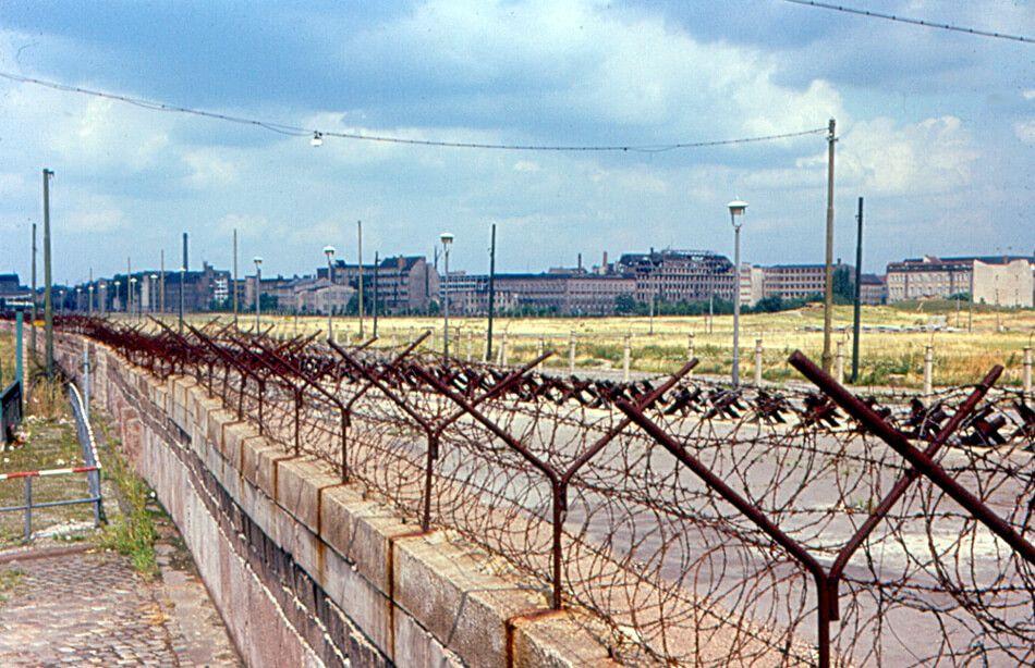 Berlin 2015 Wessis Wollen Nicht In Die Ostzone Ziehen Berlin Berliner Mauer Deutsch Deutsche Grenze