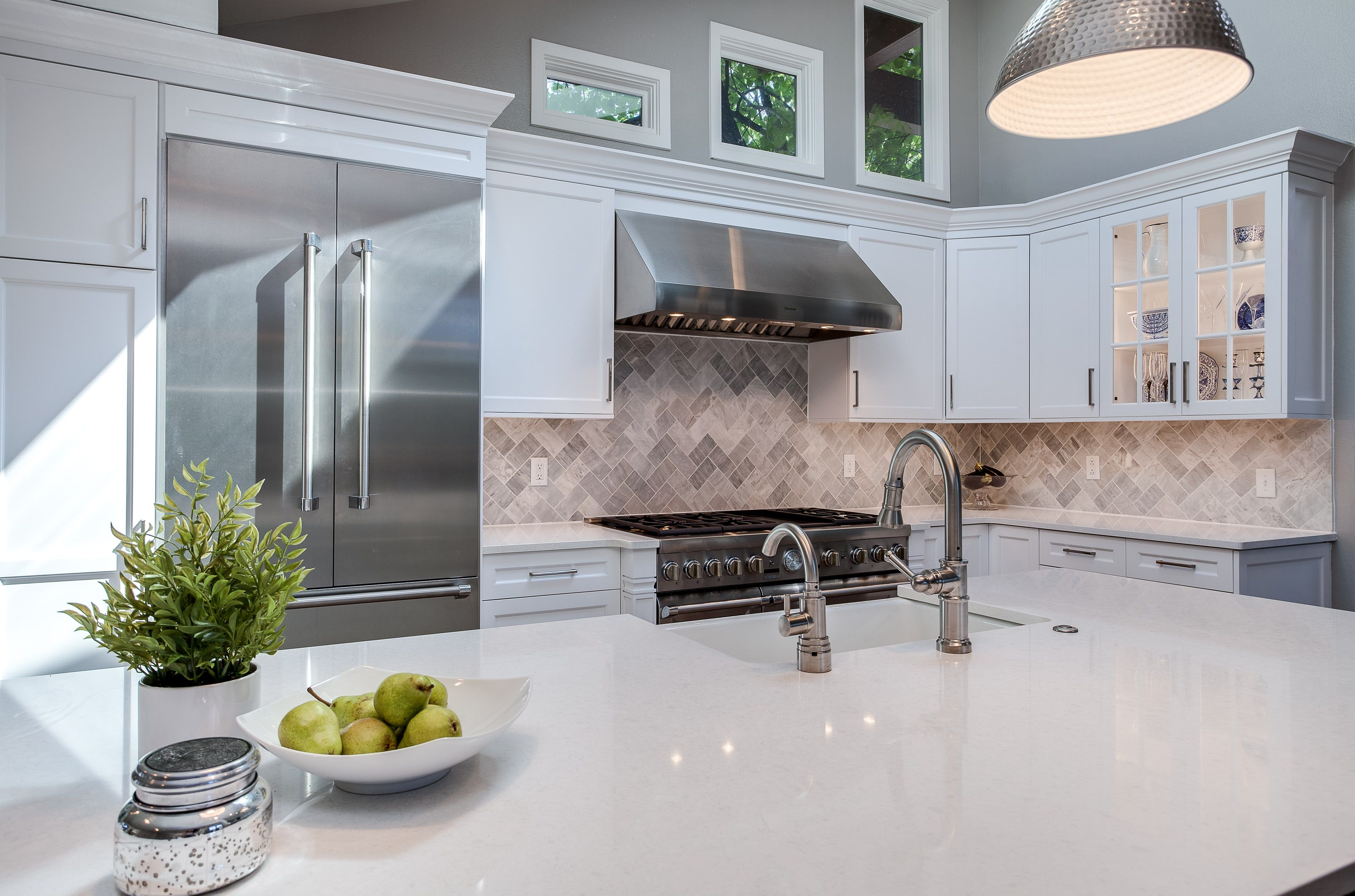White Shaker Kitchen Cabinets With White Marble Countertops White Shaker Kitchen White Kitchen Rustic White Kitchen Remodeling