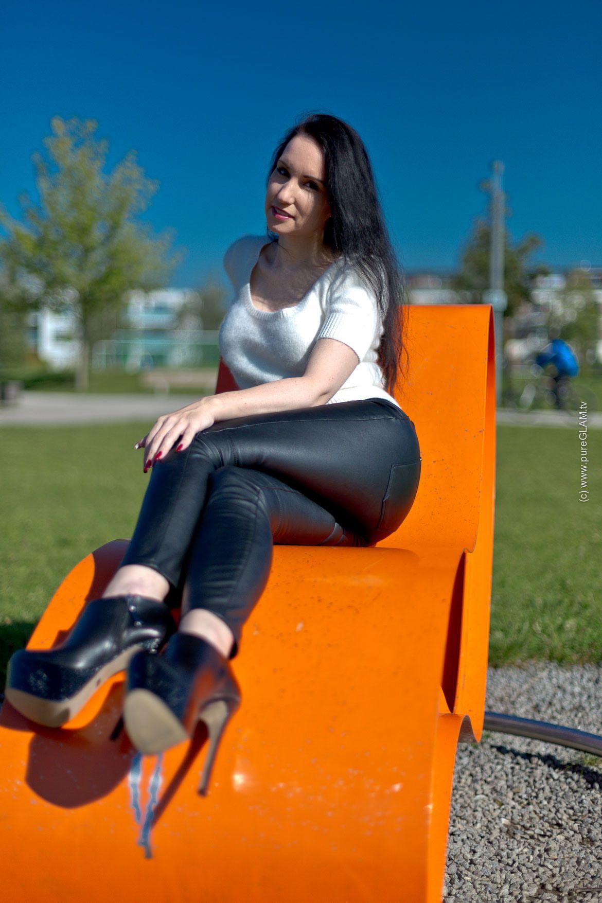 lederhose extreme high heels stiefel weisser pullover. Black Bedroom Furniture Sets. Home Design Ideas