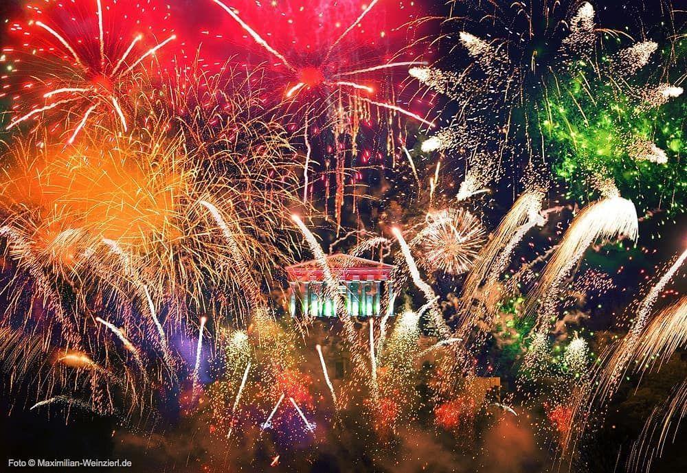Allen einen guten Rutsch ins neue Jahr. Für 2020 wünsche ich vor allem Gesundheit und Frieden. Und einen harmonischen und liebenswürdigen Umgang miteinander in den sozialen Medien. Foto: meine Erinnerung (Mehrfachbelichtung) an das grandioseste Feuerwerk dieses Jahrzehnts, oder gar des Jahrhunderts, am 21.10.2017: Die Feier anläßlich des 175. Jubiläums der Walhalla, eine Inszenierung vom Feinsten. ALLES GUTE für 2020 ️???? #obsessedbyphotography #regensburg #meinregensburg #maximi