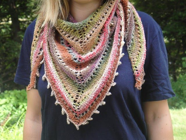 Un modèle de châle au tricot gratuit ? Oui, le châle triangulaire réversible Gaïa est un patron ...