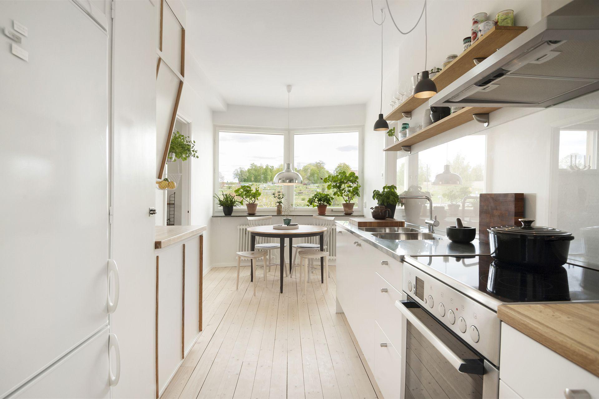 Fint kök. ljust, trä. växter i olika krukor. hemtrevligt. fina ...