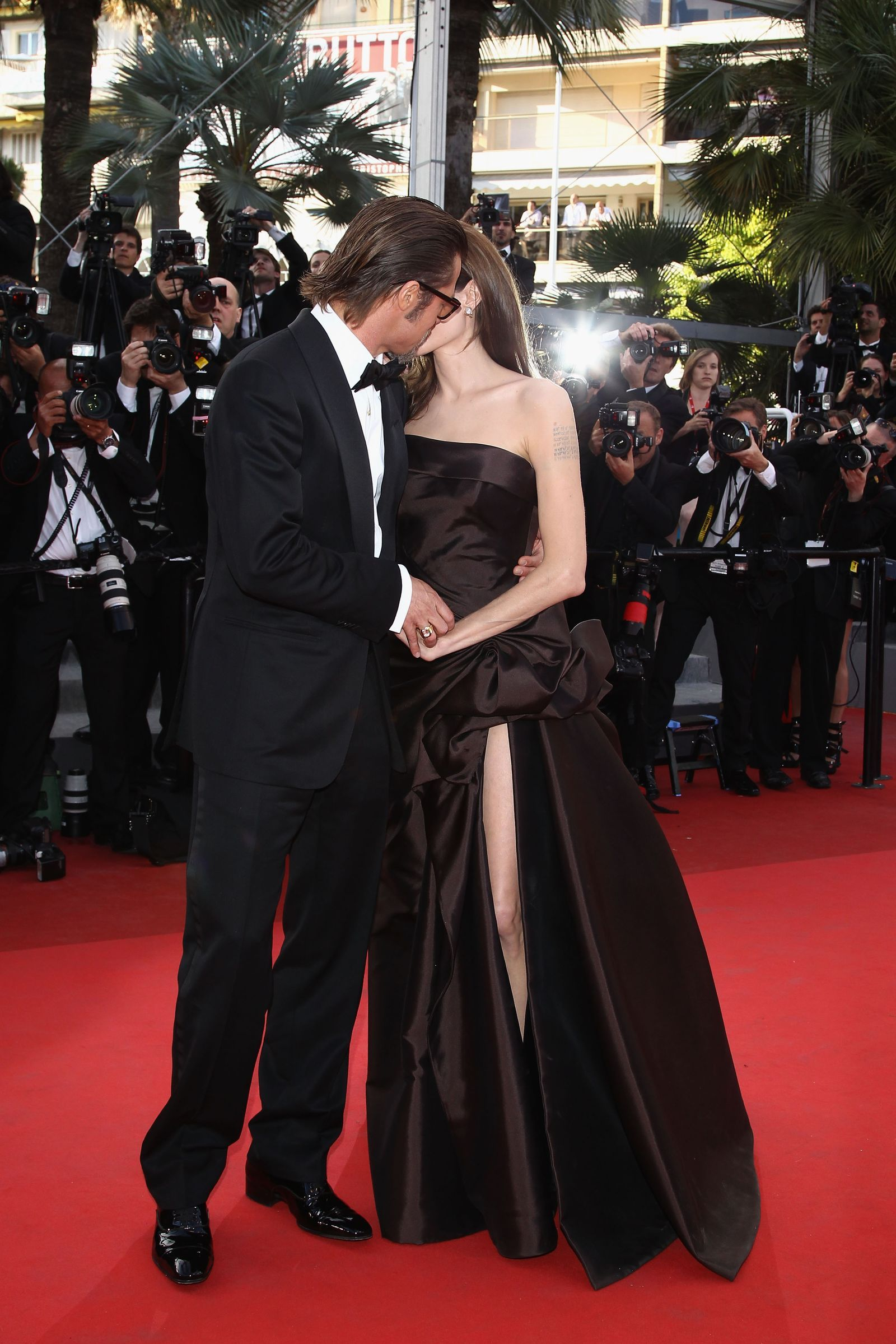 38 Of The Most Memorable Red Carpet Kisses Of All Time In 2020 Brad And Angelina Brad Pitt And Angelina Jolie Brad Pitt