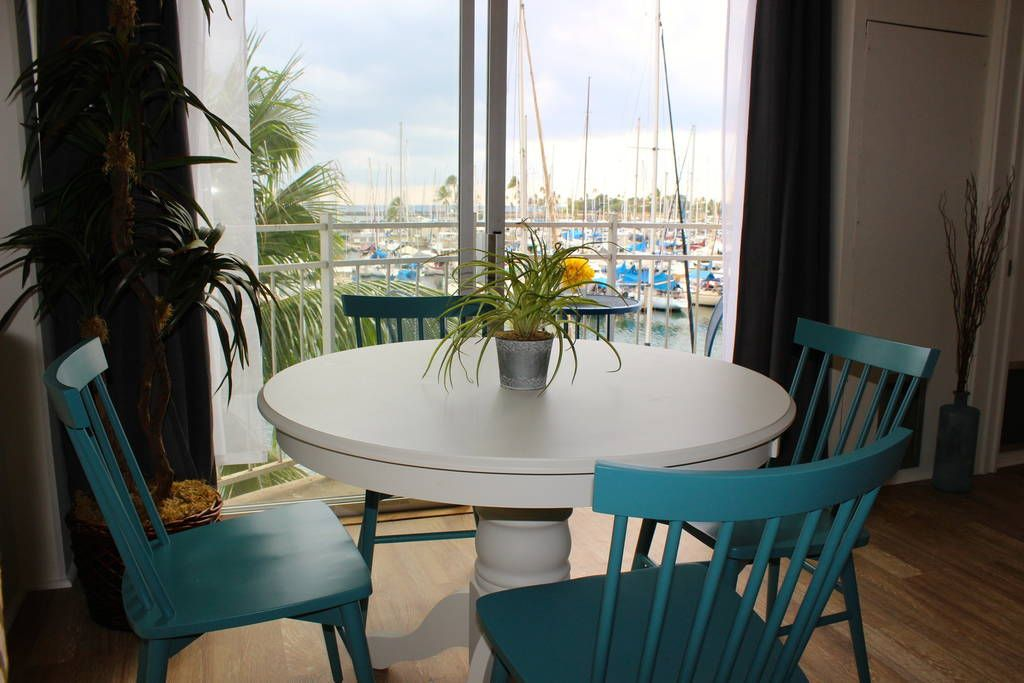 Prime dining location, comfortably seats four. Enjoy the beautiful harbor view. E Komo Mai! Looking to live in luxury during your #Hawaiian island escape? Then this stylish and spacious one-bedroom exquisite #Waikiki Oceanfront Condo may be the perfect choice for you: : https://www.airbnb.de/rooms/12342999