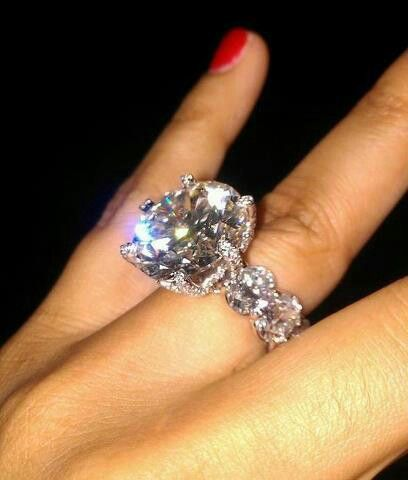 Floyd Mayweathers fiancs ringalmost no metal just diamonds
