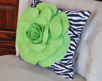 Almohada de 16 x 16  rosa en la almohada de la cebra por bedbuggs