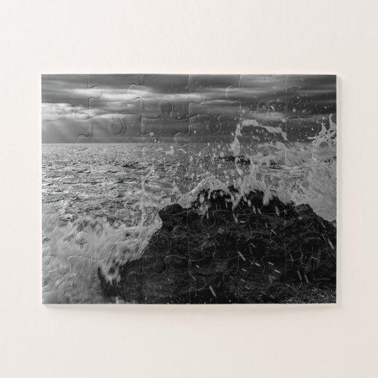 Puzzle de una ola chocando contra la roca