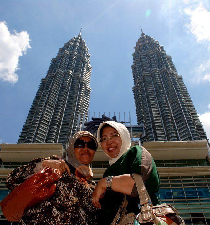 Petronas Twin Tower with mom in law — in Kuala Lumpur, Wilayah Persekutuan.