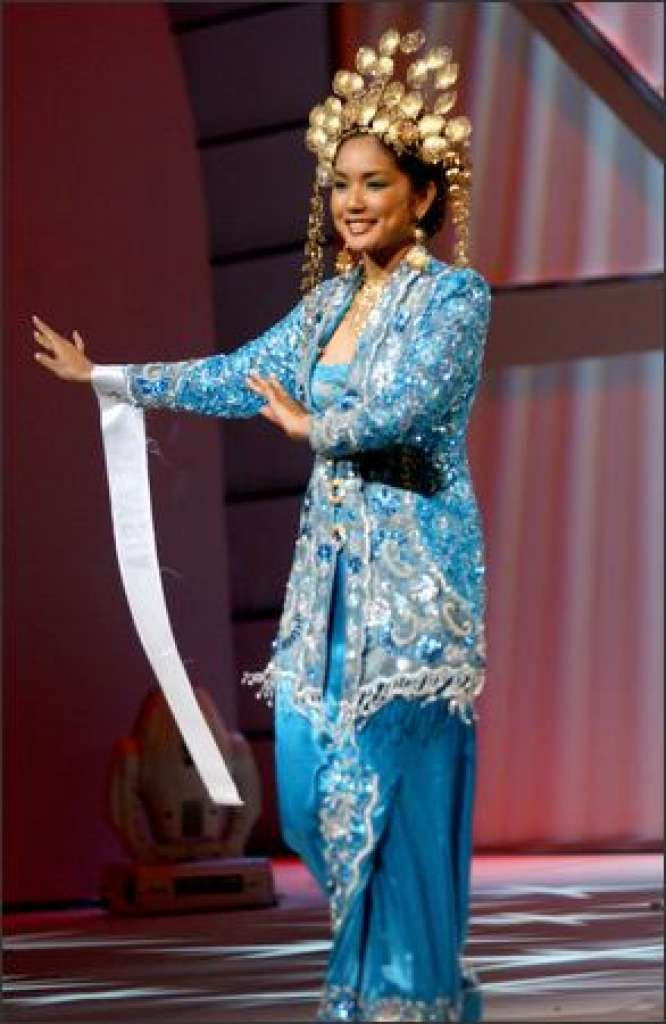 Andrea Fonseka, Miss Malaysia, participates in the 2004 Miss Universe  National Costume Sh… | Miss universe national costume, Miss universe 2004,  Formal dresses long