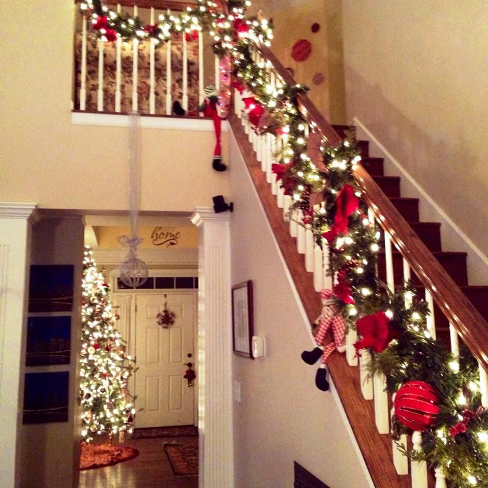 Ideas para decorar escaleras en navidad en navidad - Como decorar una escalera interior ...